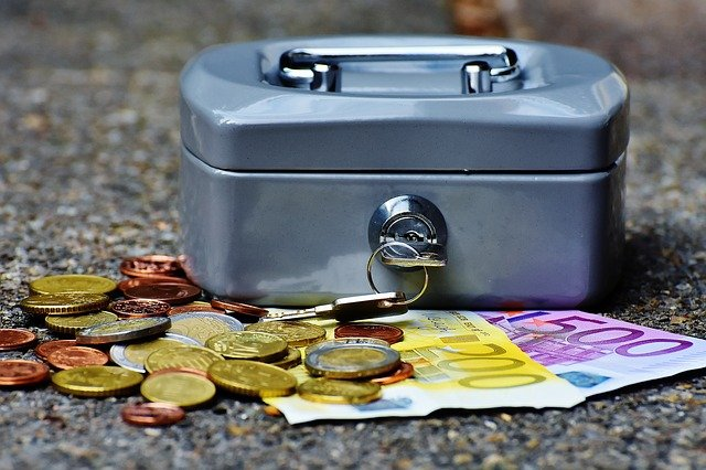 caja de dinero con billetes y monedas